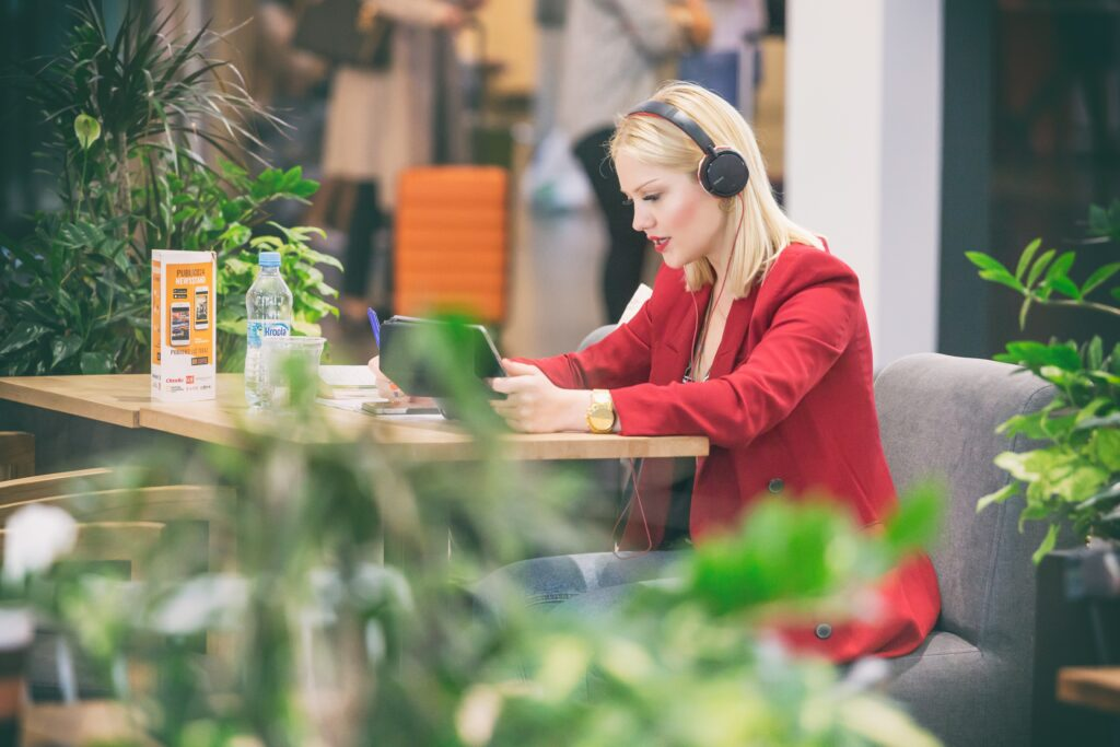 young-millennial-woman-having-chat-online-dynamic-workplace-small-business-owner-business-woman_t20_1b19bY